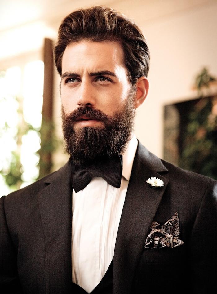 hipster en smoking mariage noir avec noeud papillon et barbe taillée en dégradé