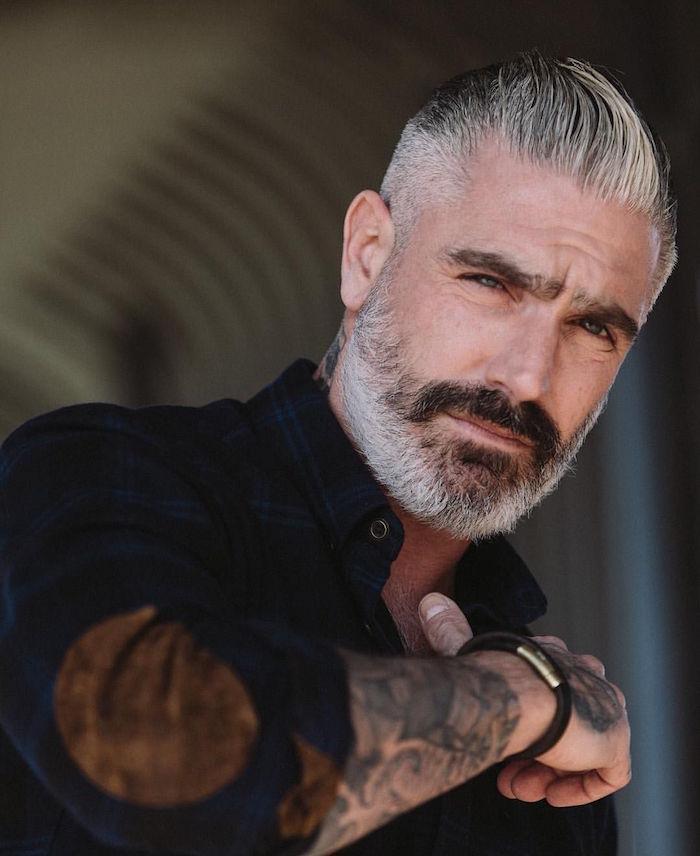 hipster homme mur avec barbe bien taillée poivre et sel et coupe en arrière tendance