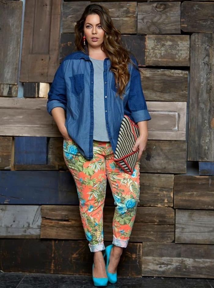 tee shirt gris, veste en jean bleu, pantalon à imprimé floral exotique, chaussures bleues, pochette femme originale