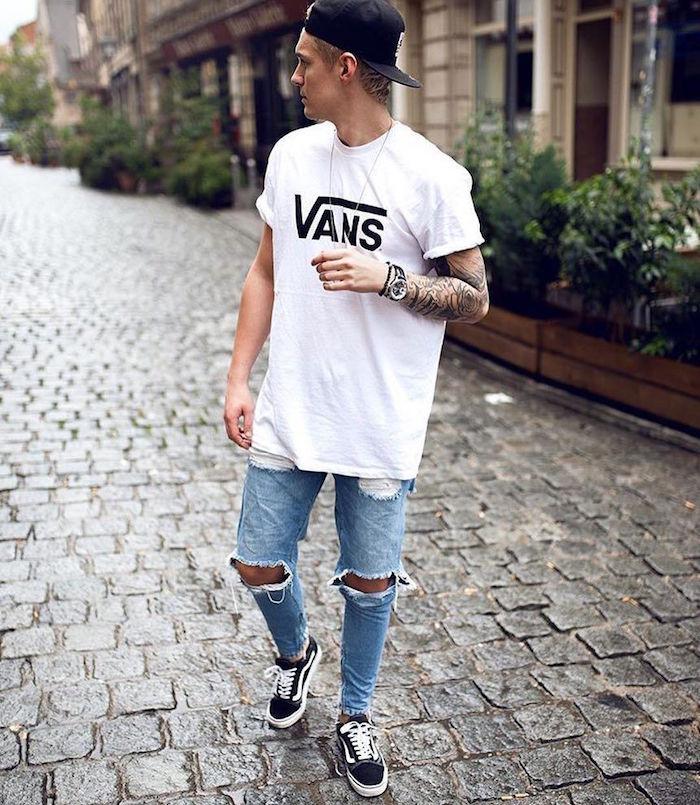 jeune homme avec chaussure homme stylé et tee shirt blanc long vans old skool noir tendance