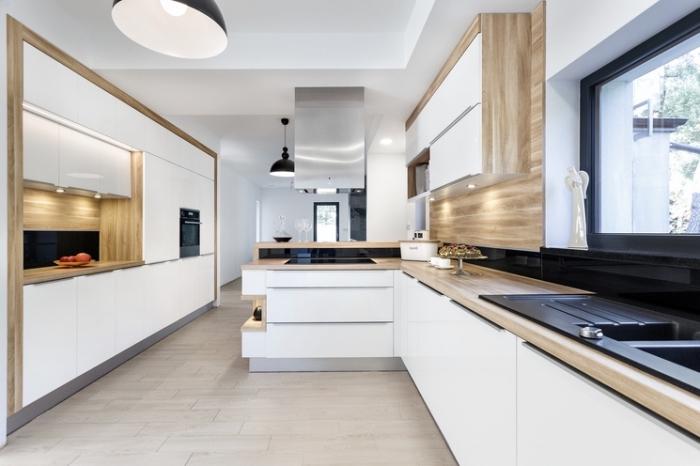 intérieur moderne avec peinture murale blanche combinée avec revêtement partiel en bois clair et plafond suspendu