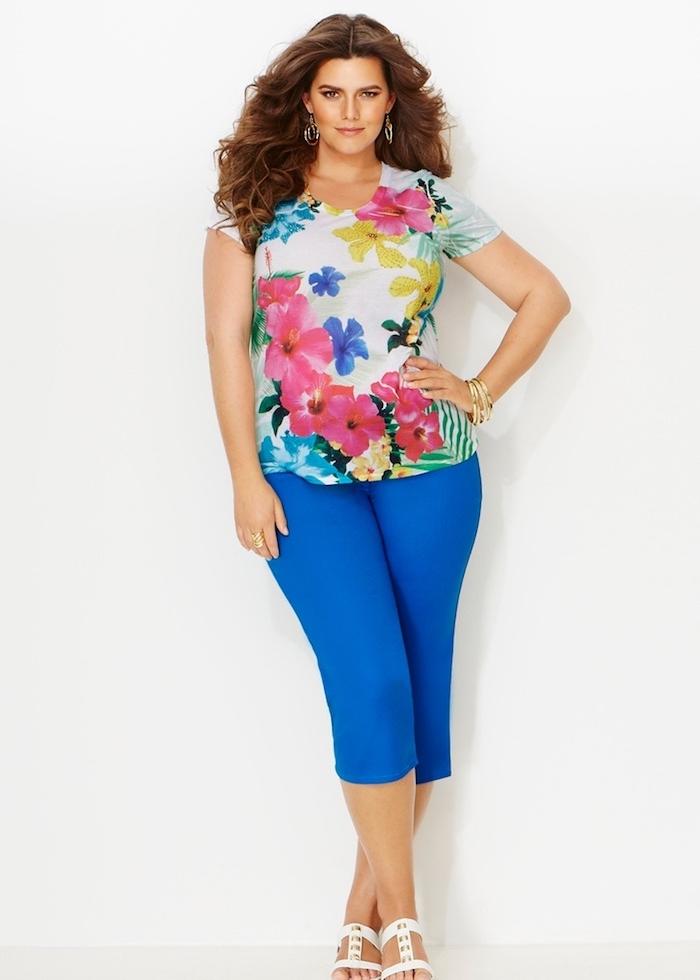 vetement grande taille femme ronde, tee shirt à imprimé floral, pantalon bleu marine, mode pour les rondes