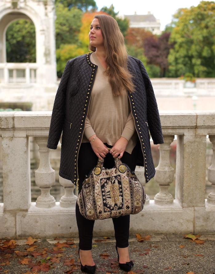 modèle de tenue décontractée, vetement femme grande taille, veste noire, pull beige, pantalon noir, sac en beige et noir