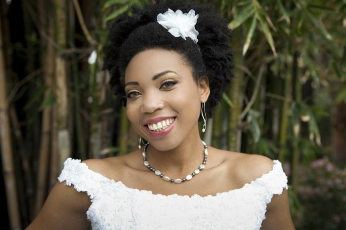coiffure mariee, coiffure mariage boheme, coiffure cheveux court mariage, carré frisé, cheveux foncés, diadème fleur blanche en tulle