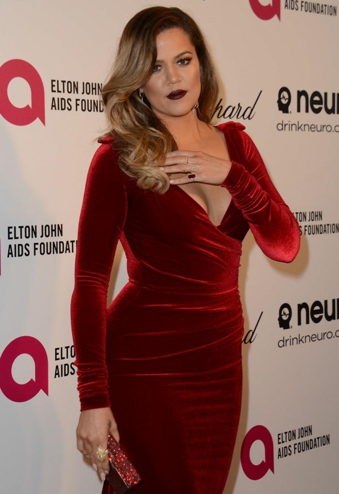 tenue formelle chic, robe rouge moulante, décolleté plongeant, manches longues