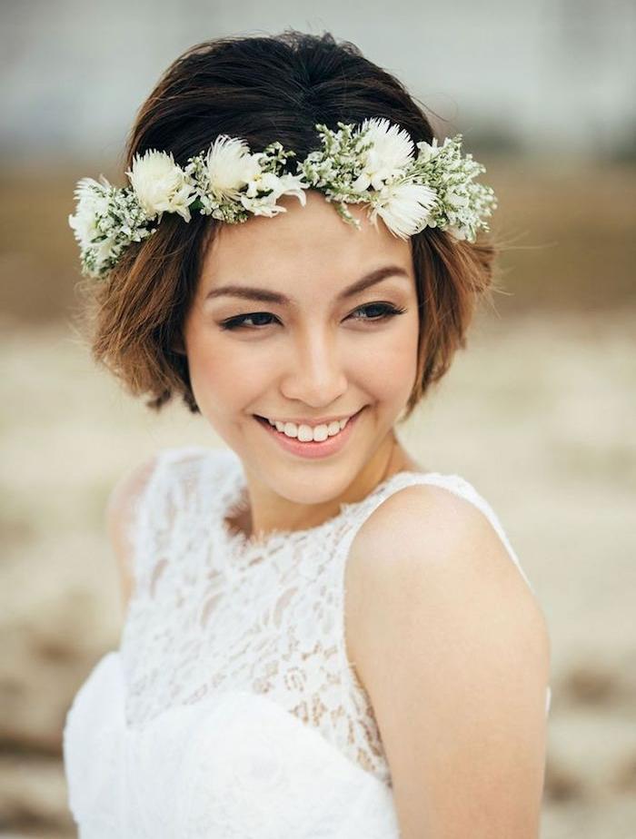 bout de cheveux chatain clair sur cheveux à racines chatain foncé avec couronne de fleurs blanches, robe de mariée dentelle, coiffure mariage boheme
