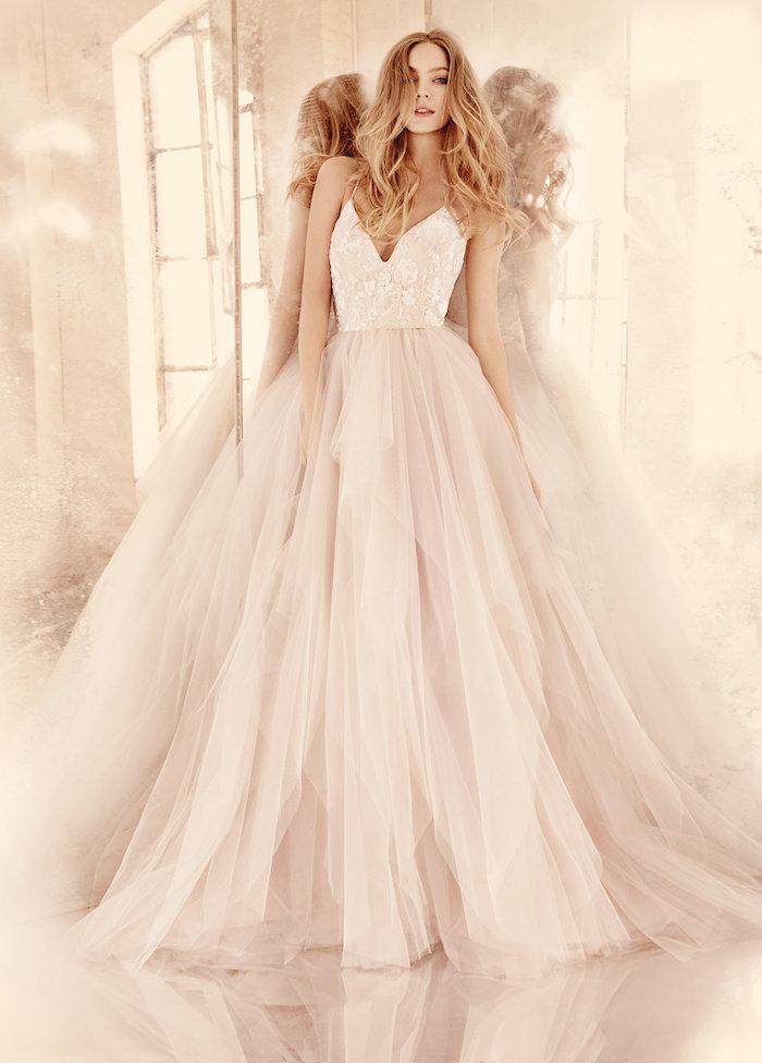 quelle robe de mariée 2018 choisir, une robe avec jupe en tulle et bustier moulant à motifs floraux