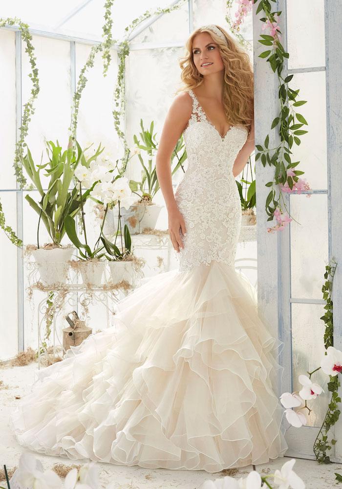 quelle robe de mariée sirène choisir, une robe en dentelle avec un bas en tulle plissé, bretelles