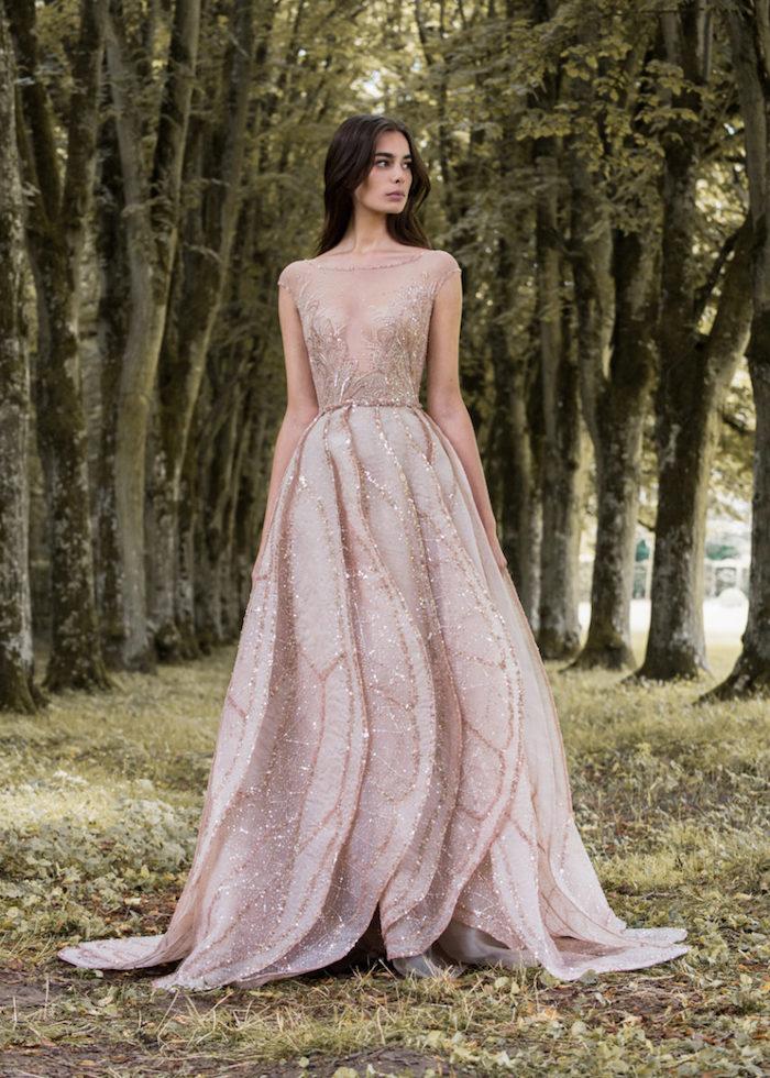 mariée couture robe rose clair avec des paillettes et un corsage transparent, jupe plissée, cheveux longs