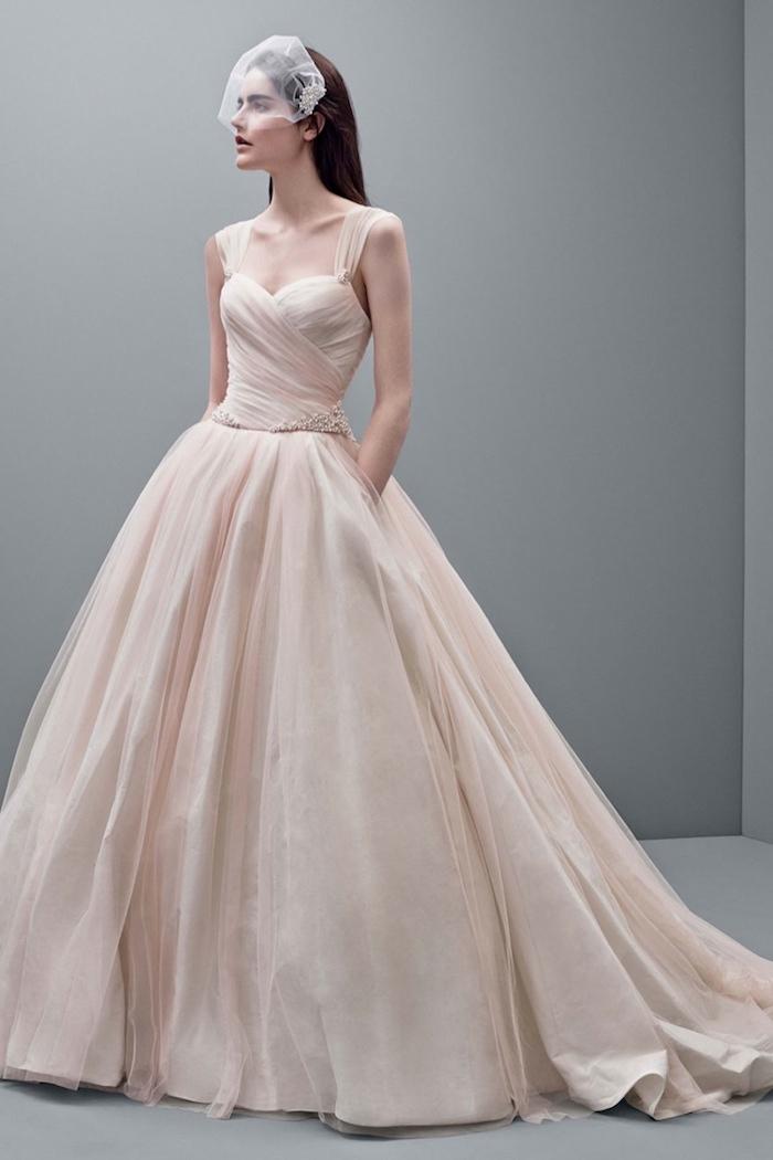 robe de mariée rose clair avec une jupe coupe princesse et un top plissé avec bretelles, style princesse