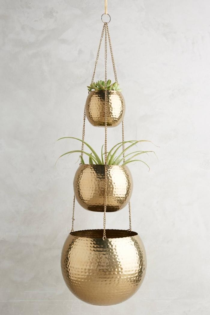 modèle de suspension florale à design métallique doré à trois niveaux pour suspendre les plantes vertes dans son intérieur moderne