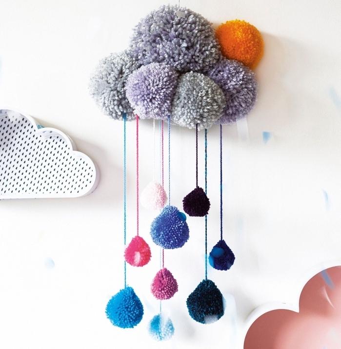 idée décoration cocooning pour la chambre à coucher enfant avec une suspension murale à design nuage et gouttes d'eau
