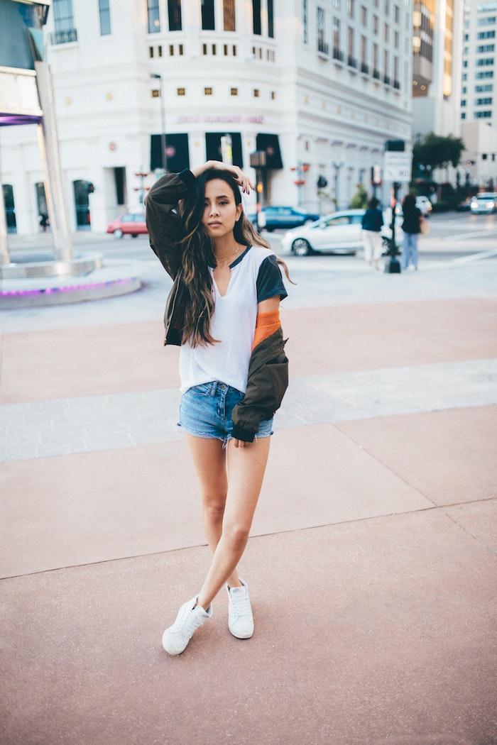 Style décontracté chic avec basket compensée femme porter des sneakers jean short tee shirt basket blanche