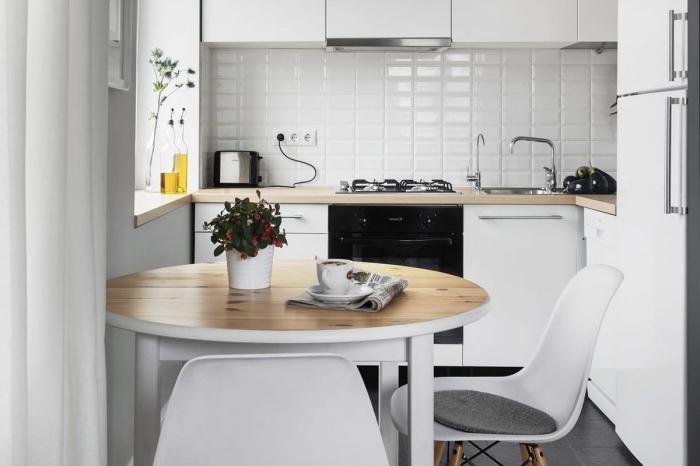 idée déco accueillante dans une petite cuisine aménagée en L avec meubles blancs à plan de travail bois clair