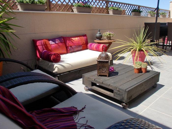 coin repos bohème chic sur une terrasse zen, meubles de jardin en palettes table basse et canapés en bois