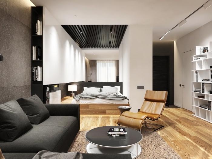 design intérieur moderne aux murs blancs avaec pan de mur à imitation béton et plancher de bois stratifié