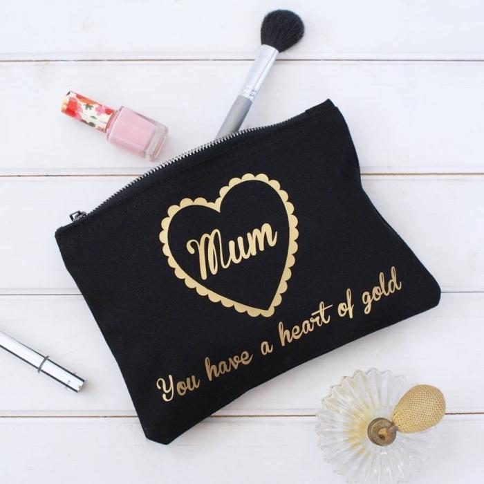 kit d'accessoires de beauté et maquillage à offrir, pochette noire à design lettres dorés avec brosses de maquillage