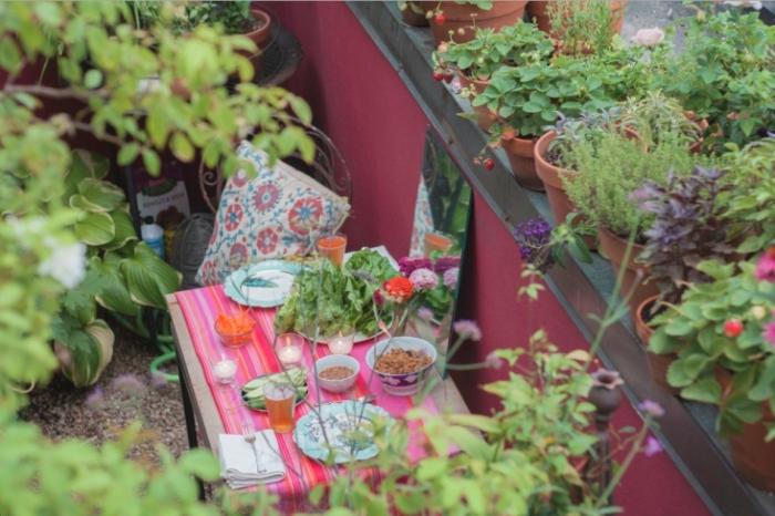 aménagement de balcon avec petite table de bois et fer joliment décorée, créer un potager sur sa terrasse avec légumes en pots