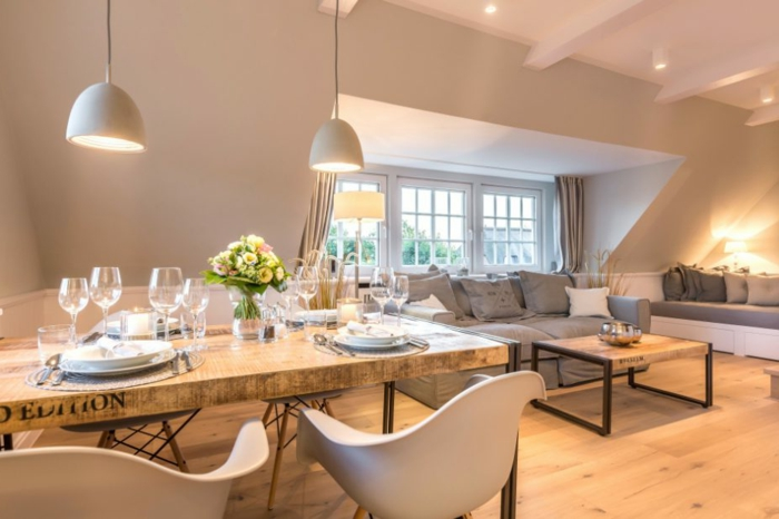 table et chaises scandinaves, idee deco salon original style scandinave, sol en bois, lampes pendantes grises
