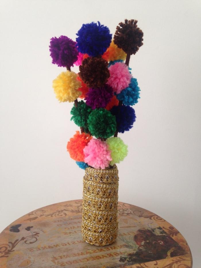 objet décoratif pour intérieur, deco a faire soi meme, vase avec bouquet de fleurs fait de boules de laine colorés