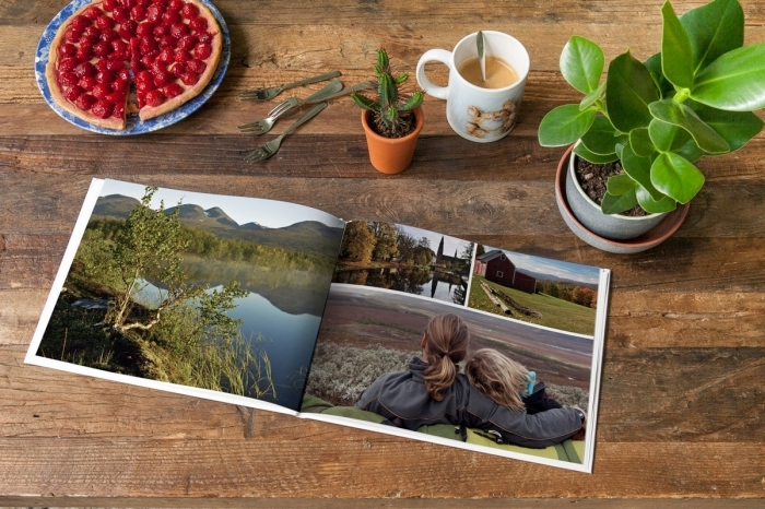 comment servir un petit déjeuner surprise et arranger la table, table de bois décorée avec plantes vertes et magazine