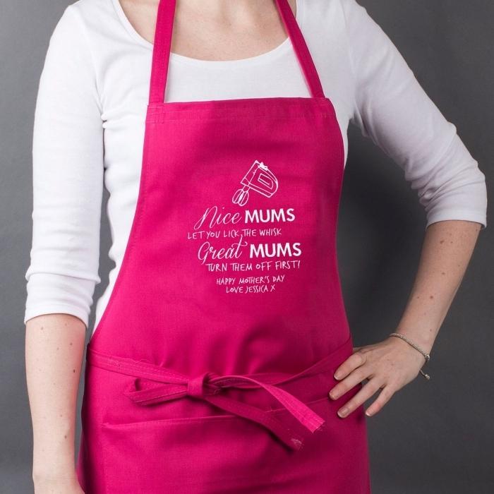 surprendre sa maman avec un joli modèle de tablier de cuisine à design rose fuchsia et lettres inspirantes blanches