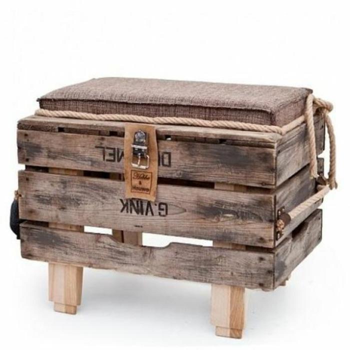 tabouret et fauteuil palette avec des pieds bas, meubles de jardin en palettes, salon de jardin en palette, meuble avec coussin en marron clair et corde