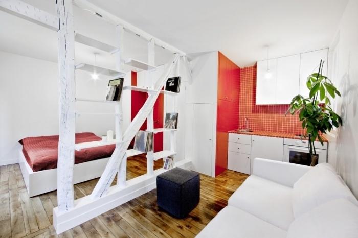 comment aménager un studio de 20m2 avec murs blancs et plancher de bois foncé, déco de pan de mur de la cuisine en rouge