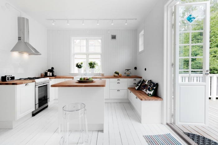 idée comment transformer la cuisine blanche avec comptoir en bois foncé pour créer un contraste esthétique