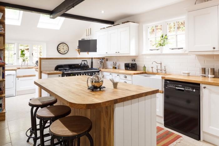 comment combiner les styles dans une déco de cuisine moderne aux murs blancs avec meubles de bois massif et accents en noir mate