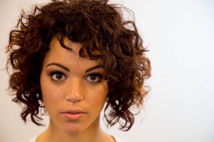 idée coupe courte dégradée pour femme aux cheveux frisés, maquillage aux lèvres nude et eye-liner noir pour yeux marron