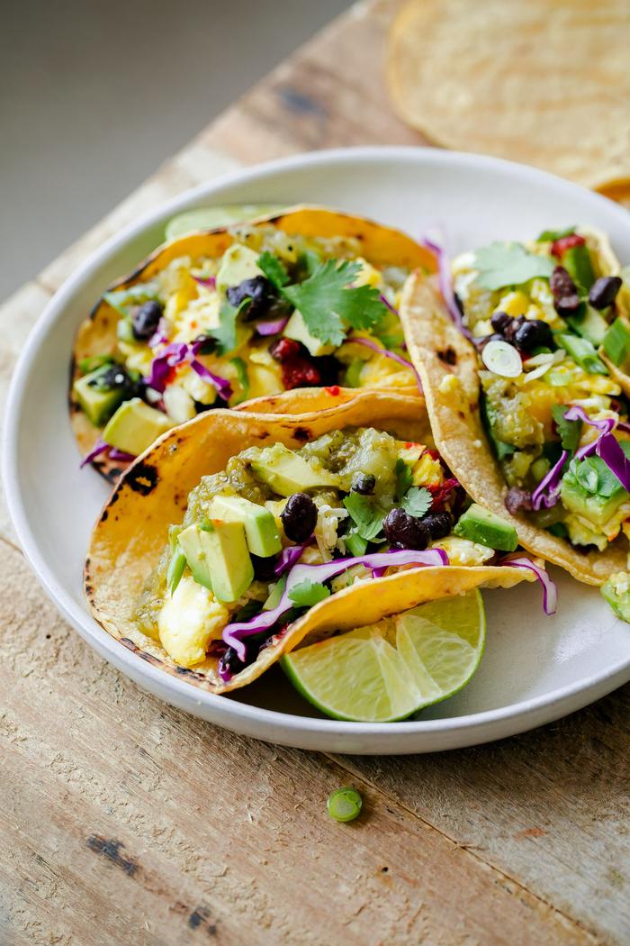 tacos végétariens pour un petit déjeuner salé et équilibré, recette de tacos mexicains à l'avocat, oeufs brouillés et haricots noirs