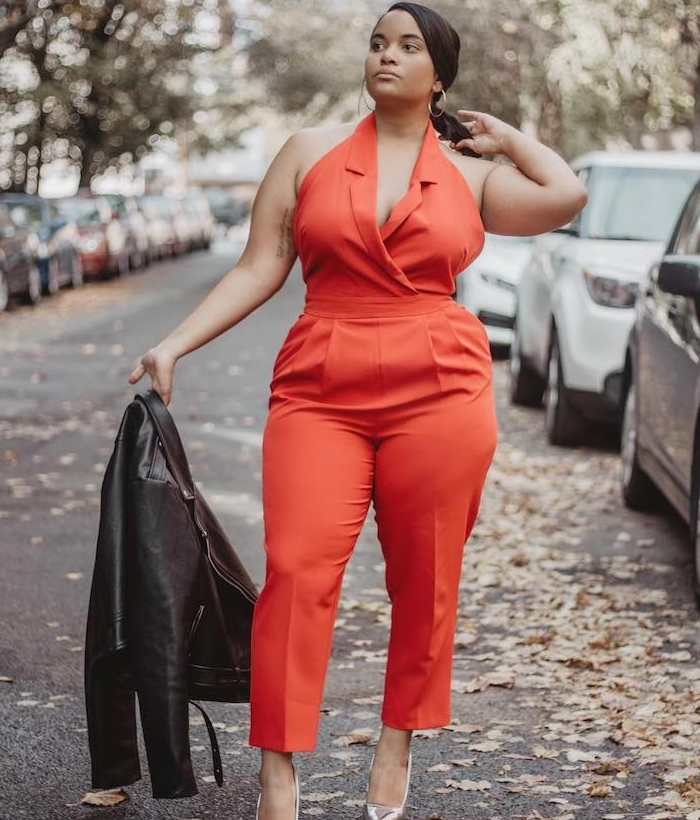 idée de tailleur femme chic en rouge, pantalon et débardeur rouge, veste en cuir noire, look femme afro chic