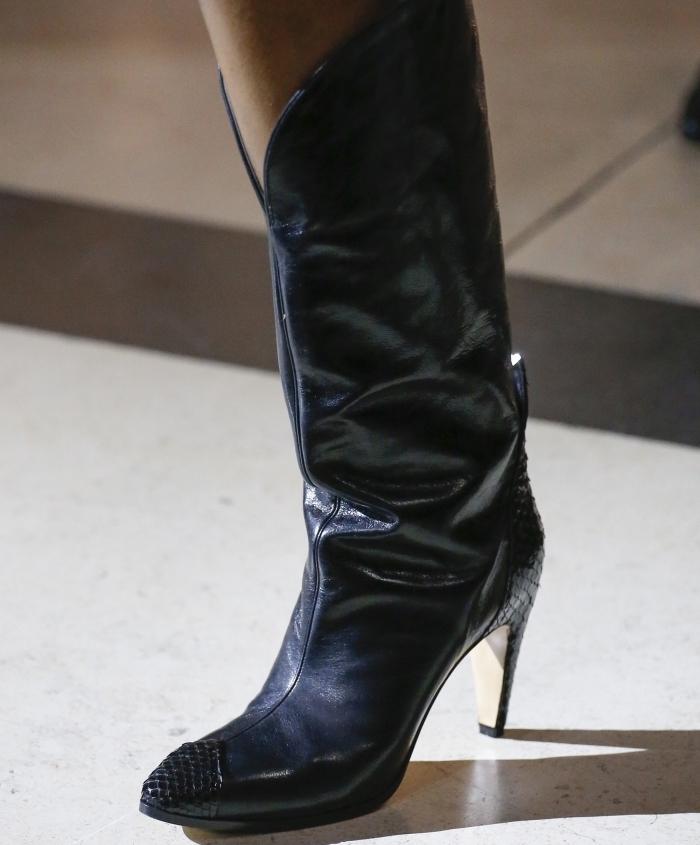 adopter le look cowboy avec un modèle de boots à petits talons de cuir noir avec joli décoration en cristaux noirs sur le bout