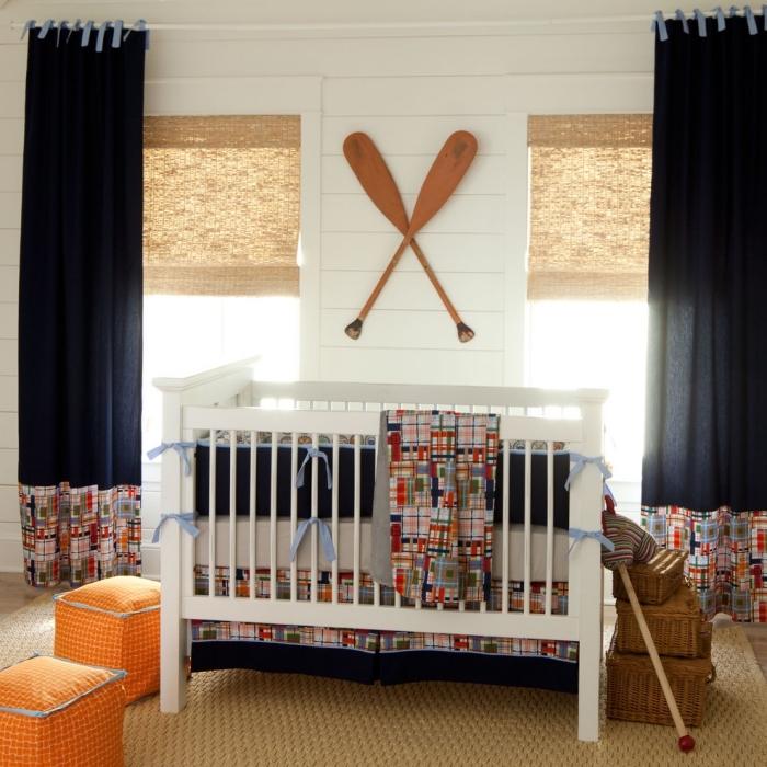 exemple d'aménagement thématique marine dans une pièce aux murs blancs et plancher beige avec lit-bébé