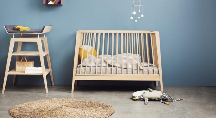 quel mobilier choisir pour une deco chambre mixte aux murs bleus avec lit bébé et table à langer de bois clair