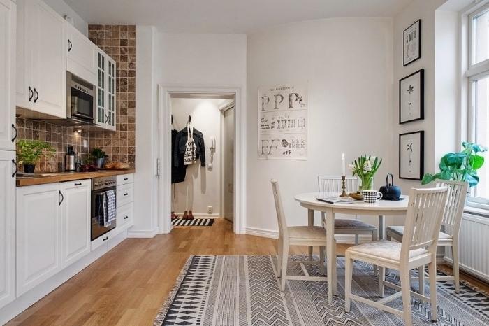 design intérieur de style traditionnel et moderne avec carrelage marron et peinture murale blanche, modèle de tapis à design scandinave