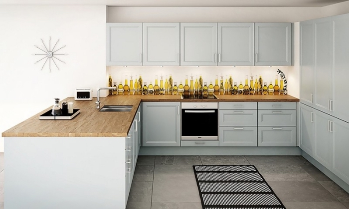 comment associer les couleurs dans une cuisine, modèle de pièce aux meubles de bois peints en bleu pastel avec comptoir de bois stratifié