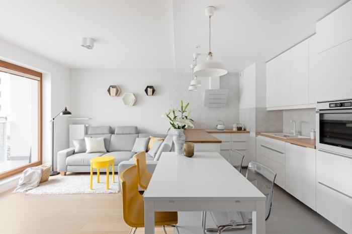 idée comment aménager une cuisine ouverte dans un studio dans le style minimaliste avec murs blancs et meubles de bois clair
