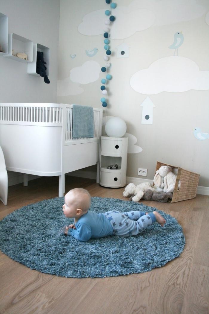 comment faire une déco cozy dans une petite pièce nouveau-né aménagée avec lit-bébé et tapis en faux fur bleu