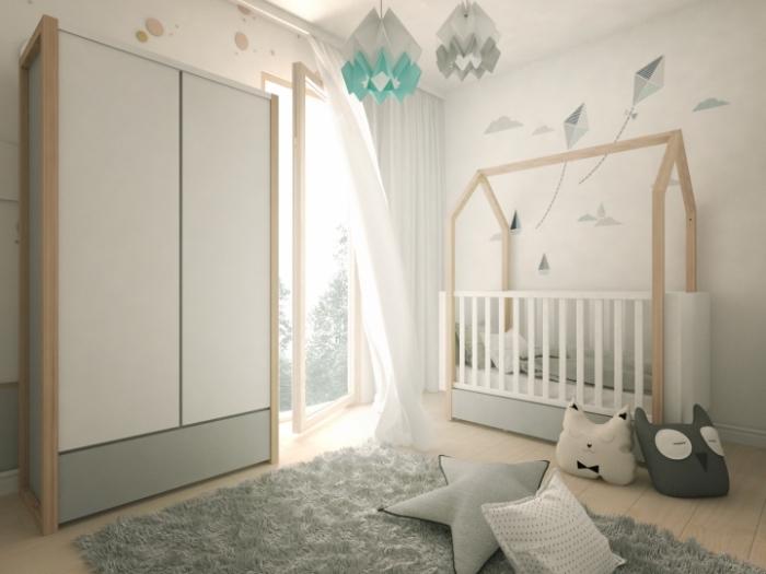 aménagement en couleurs neutres et pastel avec papier peint design cerf-volant et meubles blanc et bois clair