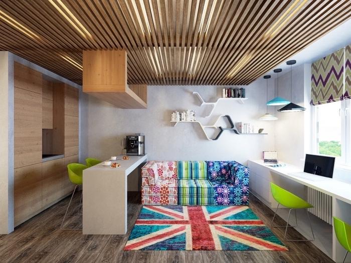 deco appartement aux murs blancs avec revêtement de plafond et de plancher en bois foncé, modèle étagères design moderne en blanc et noir