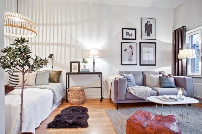 décoration appartement étudiant cozy avec grand lit canapé sur un plancher de bois marron et accessoires de bois
