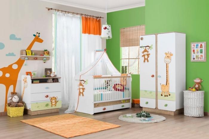 comment décorer les murs dans une pièce nouveau-né aux murs blancs et verts avec dessin girafe et nuages