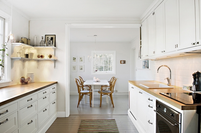 cuisine blanche de style campagnard avec peinture murale en blanc et parquet de bois clair, modèle d'étagère murale d'angle