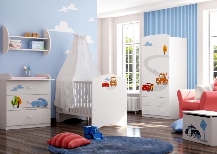 exemple de chambre pour garcon aux murs bleu clair avec dessin nuage blanche et plancher de bois stratifié foncé