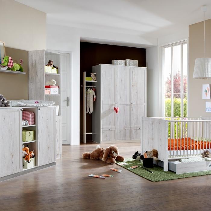quel mobilier choisir pour une chambre bébé aux murs beige et blancs avec plancher de bois stratifié foncé