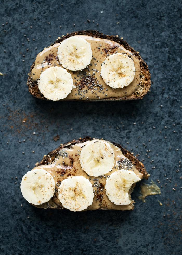 tartines minceur au beurre de cacahuète, banane et quinoa idéales pour un petit-déjeuner sain et gourmand