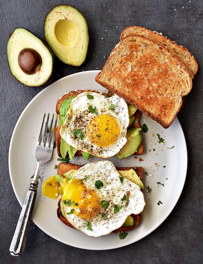 idée de petit déjeuner pour diabétique, tartine santé à l'avocat et à l'œuf au plat poivré
