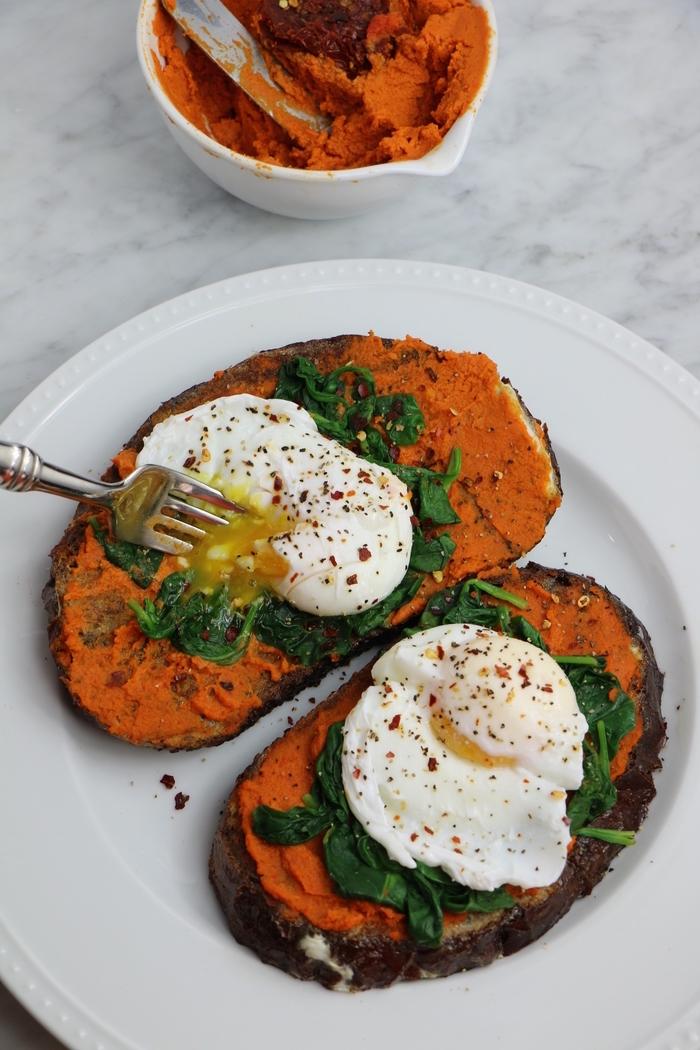 idée originale de tartine au houmous aux tomates séchées et à l'oeuf poché idéal pour un petit déjeuner équilibré